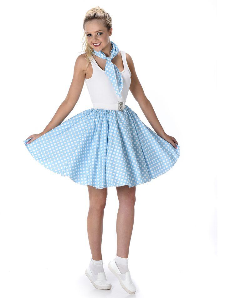 Disfraz años 50 azul claro mujer: Este disfraz de los años 50 para mujer incluye falda con cinturón y pañuelo (camiseta, calcetines y zapatos no incluidos).La falda tiene vuelo y es azul con puntos blancos. Mide...