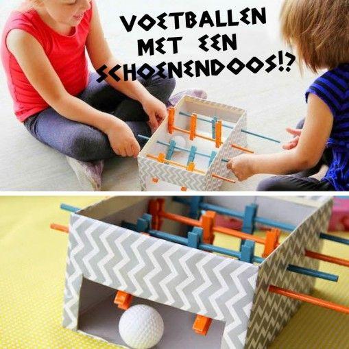 Tafelvoetbal maken van een schoenendoos, houten stokjes en wasknijpers. (www.opvoedproducten.nl)