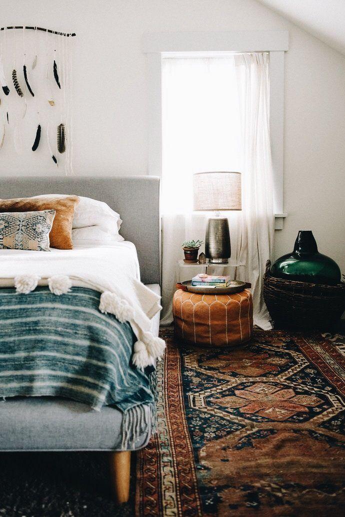 Schlafzimmer im Boho Stil mit Perserteppich in dunklen Brauntönen.