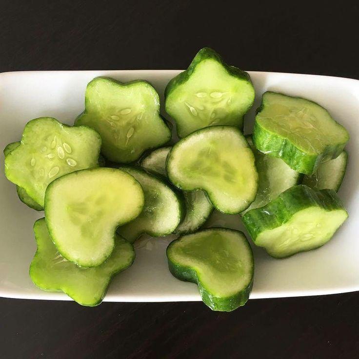 Yıldız ve kalp salatalıklarımız tazecik sofralarınızda Hem eğlenceli hem de lezzetli  #shapedfruit #şekillimeyveler #bahçeden #yıldızsalatalık #kalpsalatalık #cucumber