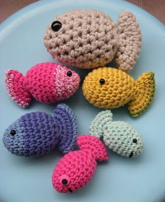 Free crochet pattern for little fish. Would make a cute baby mobile for an ocean themed nursery.