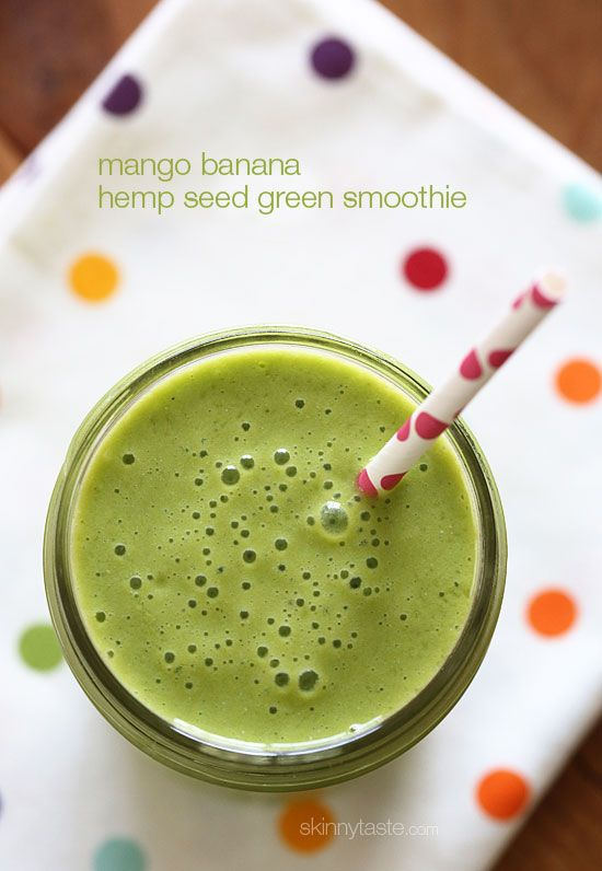 Mango Banana Green Smoothie – Start the morning RIGHT with the super delicious, creamy green smoothie made with frozen banana, baby spinach, fresh mango, hemp seeds and unsweetened almond milk. #weightwatchers 4pp #paleo #glutenfree #vegan #meatlessmondays #smoothies #breakfast