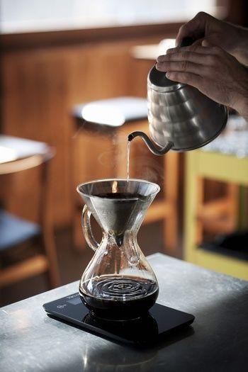 """コーヒーの最初に落ちた一滴を特別な意味を込めて""""ファーストドリップ""""と呼びます。 それは、最初に落ちた、その一滴が""""一番美味しい""""からです。 この一滴は捨てるものではないので、普通に淹れていれば問題はありません。 けれども、""""最後の一滴""""をサーバーへ落としてはいけません。 コーヒーは、最初の一滴が一番美味しく、後になればなるほど、雑味の元ととなる苦味の成分や不純物が増えるからです。 コーヒーの味を決める大事な要点ですので、ぜひ覚えておきましょう。"""