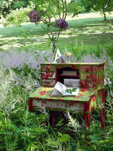 Charming Love!...Un bureau comme un secrétaire recouvert de tissus fleuris rouge et vert