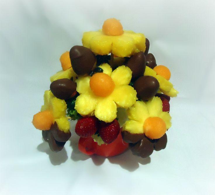 Chocolate & love. Deliciosas margaritas de piña sumergidas en chocolate negro con margaritas de piña al natural con botones de melón, fresas al natural y fresas cubiertas con chocolate negro. $35.000