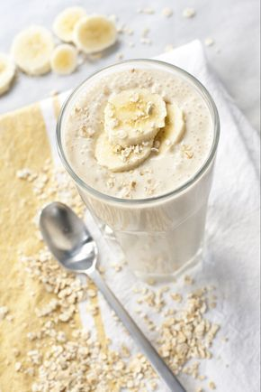 Deze snelle ontbijtshake met banaan is hartstikke lekker, fris én een goed vullend ontbijt. Zo gemaakt en handig om mee te nemen.