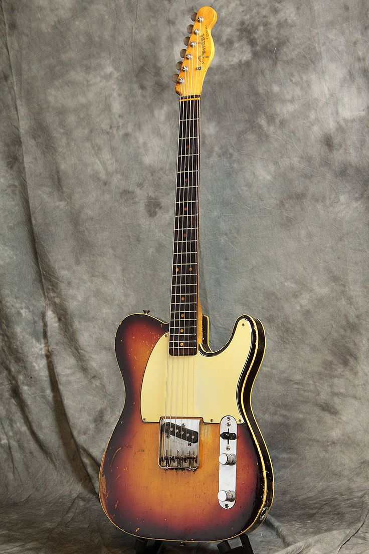 Original, Vintage, made in 1959 Fender USA Custom Esquire with Original Tweed Case!!SpecsBody: AlderNeck: MapleFingerboard: RosewoodPickup: Fender USA OriginalTuners: OriginalBridge: OriginalCondition: There are wear of a 57 year old instrument, scratches, dents, paint peeling, blemishes, finish ...