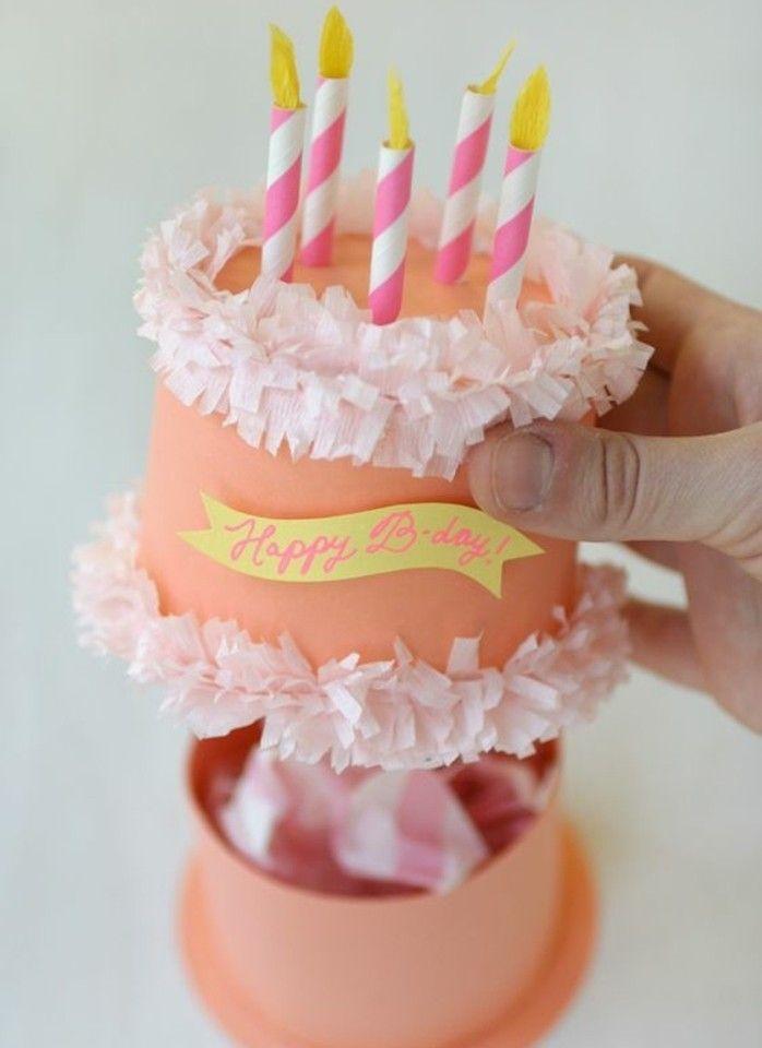 fabriquer une boite en carton, exemple boite à bonbons d anniversaire en forme de gâteau avec des bougies dessus