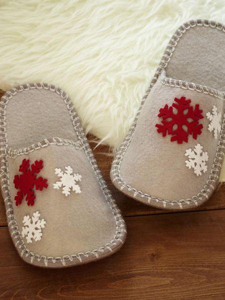 Das brauchen Sie für die winterlichen Pantoffeln: roter und weißer Bastelfilz, Textilkleber, Filzpantoffeln,  Computer + Drucker + Papier     Bleistift     Schere     Stoffschere