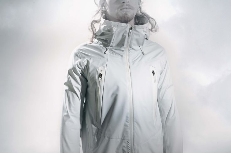 DIA3551U INNER SURFACE TECHNOLOGY PARA-HOOD JACKET A shell jacket in super waterproof 4-way stretch DERMIZAX ® 20D fabric. It features Inner Surface Technology*1 for maximum close-to-the-skin comfort. The Para-Hood system*2 makes the hood easily compactible, but also avoids water pooling issues when you need to get it up quickly. 4WAYストレッチ素材DERMIZAX® 20Dを表地に採用したハードシェルジャケット。ジャケット内部にインナーサーフェステクノロジーを搭載し、着用時の快適性を高めます。また、フードをコンパクトに収納するだけでなく、雨などの悪天候下での着用も考慮しフードに水たまりを防ぐ「パラフード」システム採用。