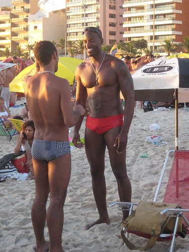 foto de Terrell Carter talking with your boyfriend at the beach