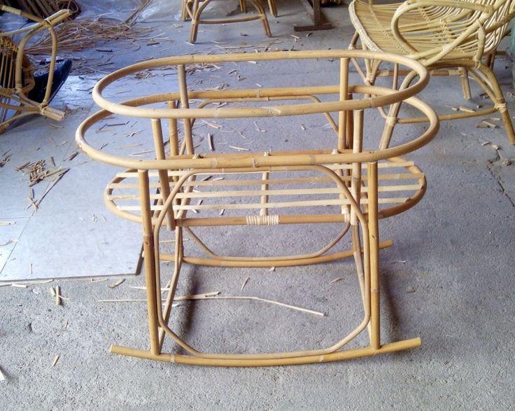 """Estructura de patas con balancín para colocar el cesto o cuco de caña """"Lovely"""" de venta en esta misma web.Fabricada en caña de bambú.MEDIDAS: 86 x 50 x 50 (largo x ancho x alto) P..."""