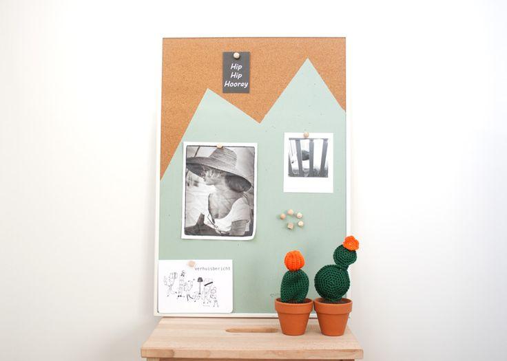 Zin om je saaie prikbord te pimpen? Met deze leuke DIY maak je in no time een leuk schilderij/prikbord. Houten punaises erbij en klaar!