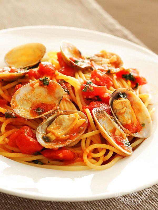 Spaghetti with clams in red - Spaghetti alle vongole veraci in rosso - Pasta