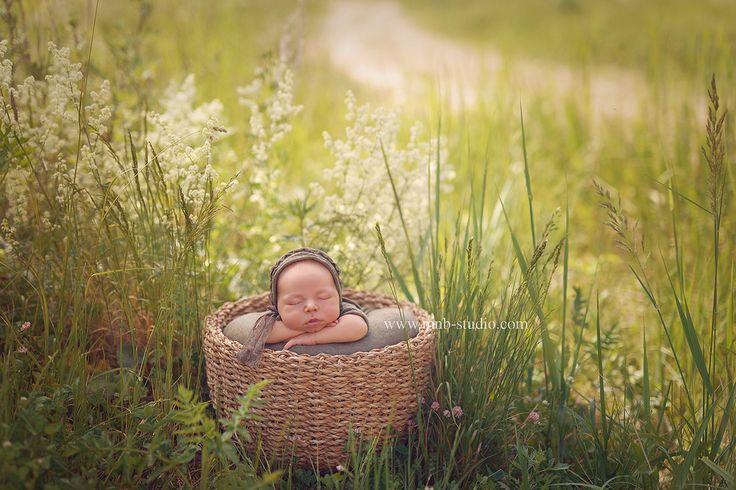 Первая открытка со съемки новорожденного на пленере . Маленький Матвейка под жарким солнышком очень крепко спал! Такие кадры вы можете получить дополнительно в подарок при заказе фотосессии новорожденного до 1 августа 2016 года. #best_newborn_photo #newborn #baby #family #newbornphotography #mnbstudio #декрет #скоророды #природа #беременность #новорожденный #навыписку #сталамамой #семья #счастье #40недель #мимими #38недель #фотографноворожденныхпермь #фотосессияноворожденного #пермь…
