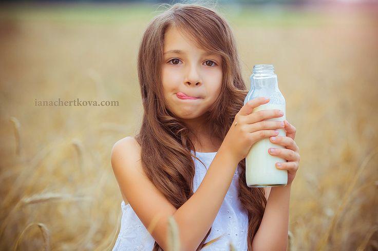 Little girl with milk, фотосессия в поле пшеницы, детская фотосессия пшеничное поле