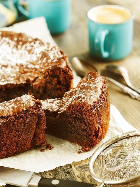 Una Torta soffice al cacao per festeggiare un compleanno speciale, o per imbandire una spettacolare tavola di una festicciola all'insegna del cioccolato.