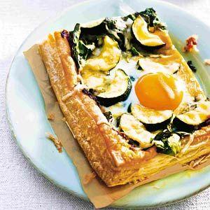 Recept - Plaattaart met spinazie & courgette - Allerhande. Minder tapenade, geen zout en peper. Ei klutsen. Pijnboompitjes.