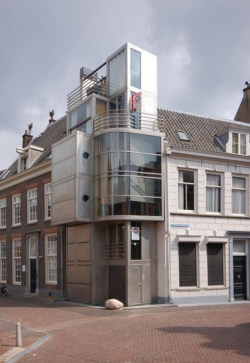 Woonhuis Kromme Nieuwegracht 2 - Architect Hans Sluimer, 2002. Dit kavel is slechts drie bij vijf meter groot, maar het uiteindelijke gebouw heeft een (bruto) vloeroppervlak van 117 m2. De schijnbaar nutteloze hoek van de Drift en de Kromme Nieuwe Gracht werd zo opnieuw de plek van een woonhuis.