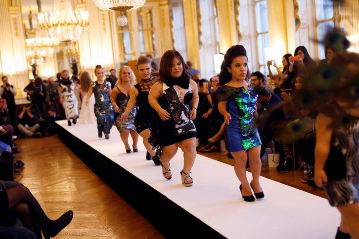 DESFILE DE MODA ENANO EN PARIS. LA OTRA MODA. Modelos en la pasarela en el Ministerio de Cultura de Francia durante el desfile de moda enano en París, Francia, el viernes 2 de octubre de 2015. El desfile de moda enano es un evento que tiene por objeto poner de relieve el elitismo y el prejuicio con que la industria fomenta su representación de los cuerpos. Se presenta durante la Semana de la Moda de París, pero no es parte de ella. (AP / Jerome Delay)
