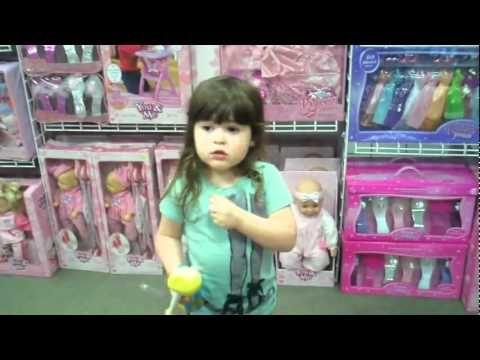 Menininha questionando o sexismo da indústria de brinquedos (legendado)