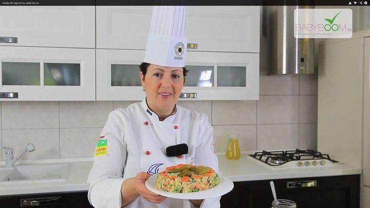 Salată de legume cu piept de pui. Reţeta o puteţi găsi aici în format text dar şi video: http://www.babyboom.ro/o-salata-de-legume-cu-piept-de-pui/