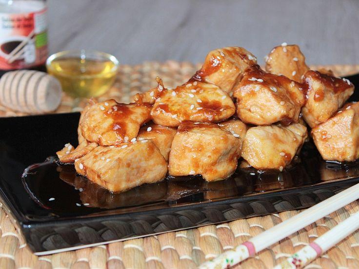 Il pollo al miele è un secondo piatto cinese a base di pollo preparato con miele, salsa di soia e semi di sesamo. Ricetta semplice e per fare il pollo al miele.