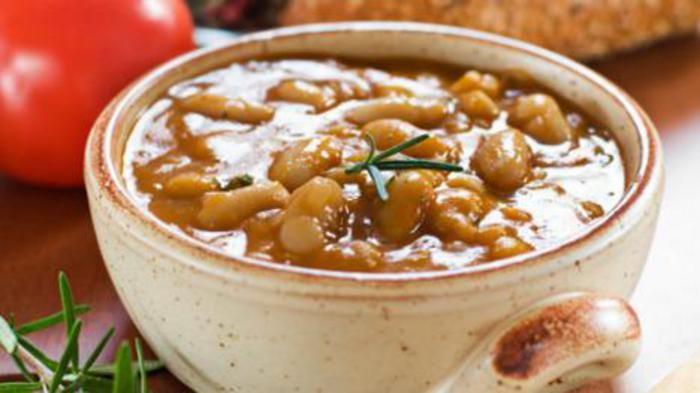 Soep met eekhoorntjesbrood, kool en witte bonen. Recept van Onno Kleyn uit de Volkskrant.