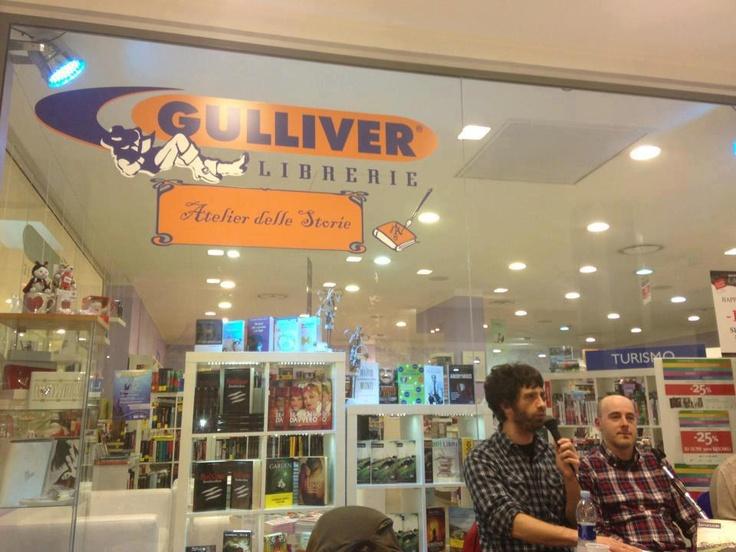 """""""Lavoricidi italiani"""" alla libreria Gulliver di Loreto con i curatori Paolo Nanni e Jonathan Arpetti."""