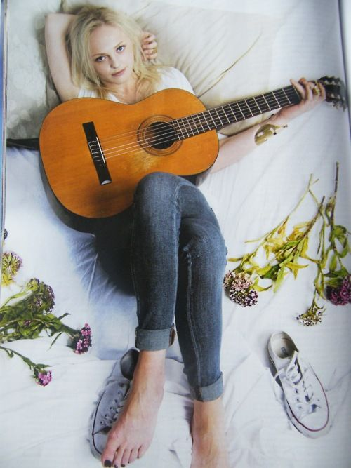 Laura Marling, inspiration, musician, style, home, bed, jeans, flowers, converse
