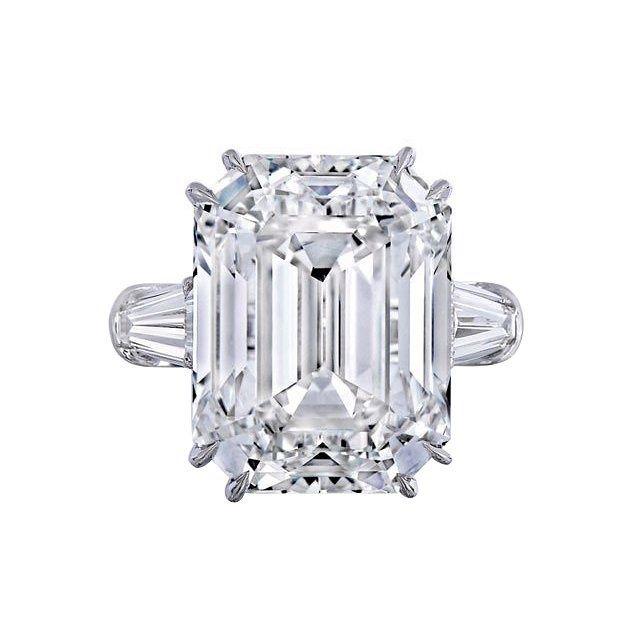 Du diamant Cartier de Grace Kelly au saphir de Kate Middleton, en passant par les 15 carats du solitaire de Kim Kardashian West, retour sur ces bagues de fiançailles célèbres.