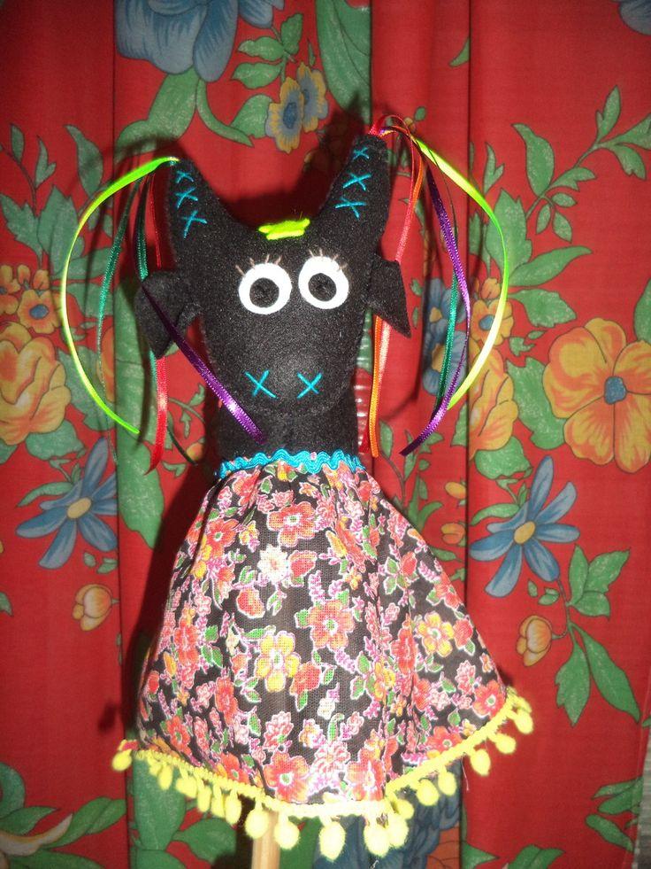 Boi confeccionado em feltro com saia de chita (diversas cores e padrões). Vem com um bastão de madeira sob a saia para brincar.