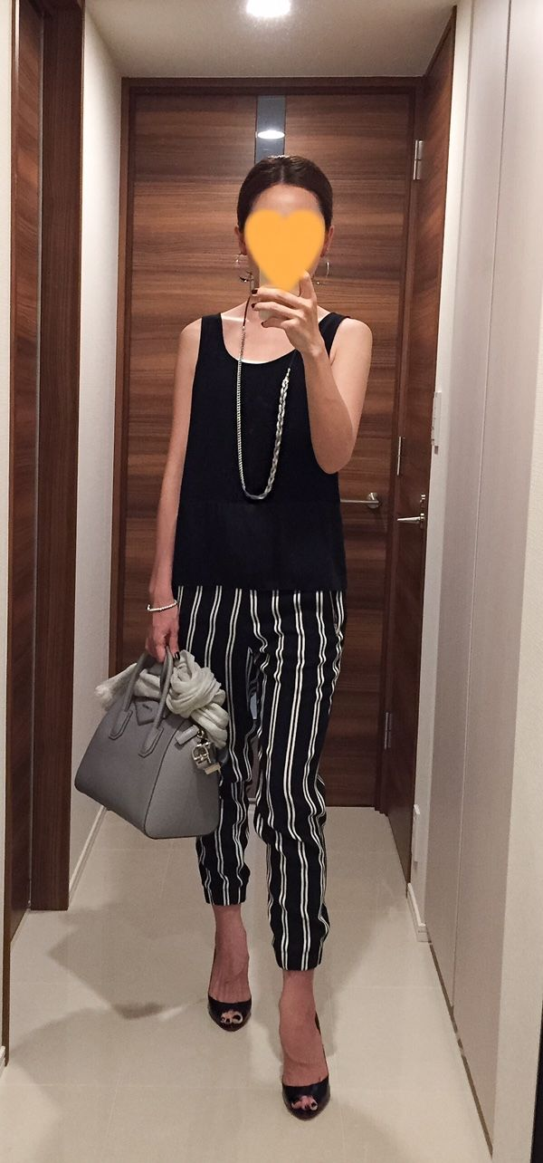 Black top: ESTNATION, Striped pants: MACPHEE, Grey bag: GIVENCHY, Black pumps: Christian Louboutin