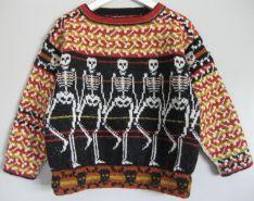 """""""Tally hi ho...""""Størrelse 4, 6 og 8/10 årPris 485,- kr.  Da lillebroderen til """"spiderboy"""" skulle i skole, måtte han jo også have en farlig trøje. Han mente at der ikke var noget mere farligt end skeletter. For at gøre den mere børneegnet, har jeg ladet skeletterne holde hinanden i knoglerne mens de danser riverdance.    Trøjen kan laves med eller uden kant forneden. Uden kanten bliver den mere """"skater-agtig""""."""