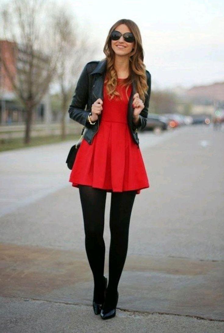 Conjunto chaqueta negra, vestido rojo, medias negras, tacones negros, bandolera negra y gafas negras