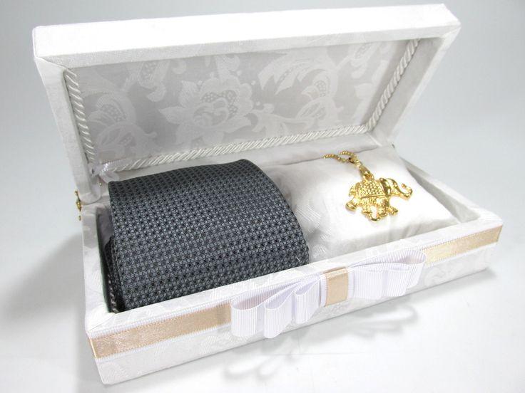 Linda caixa para convidar os seus padrinhos de casamento.  Incluso almofadinha para vc colocar a joia da madrinha.  Medidas: 20x10x6cm.  Não incluso gravata e joia.