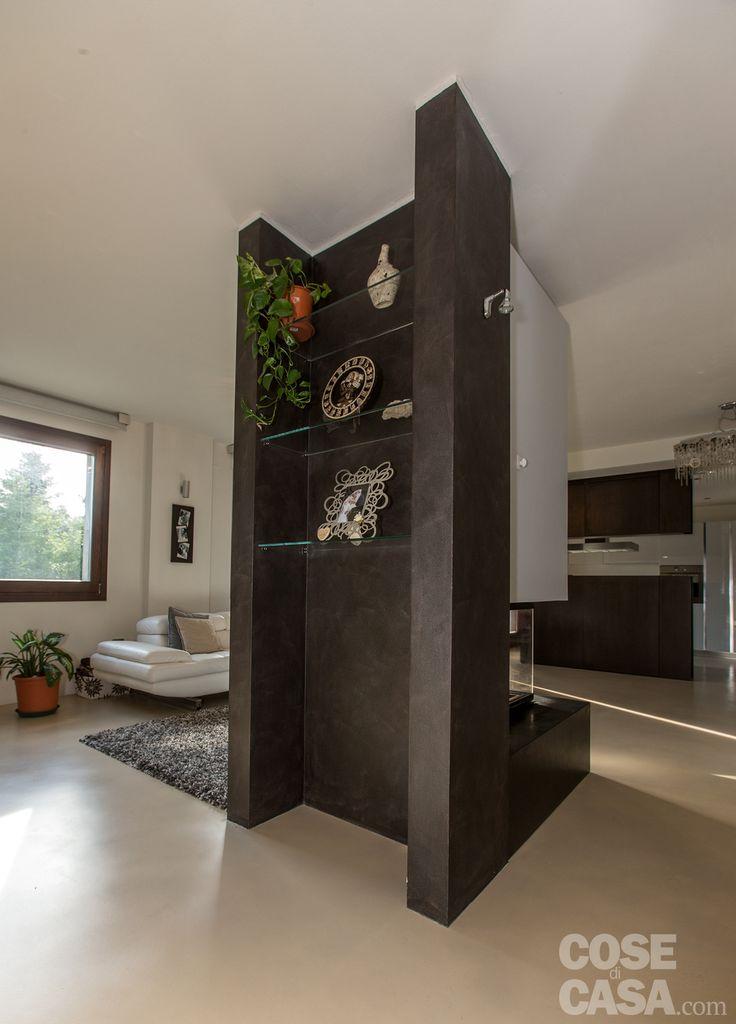 Il retro del camino, immediatamente visibile dalla porta d'ingresso, è attrezzato con mensole in cristallo.  #cosedicasa #casa #arredamento #design #arredocasa #home #house #openspace