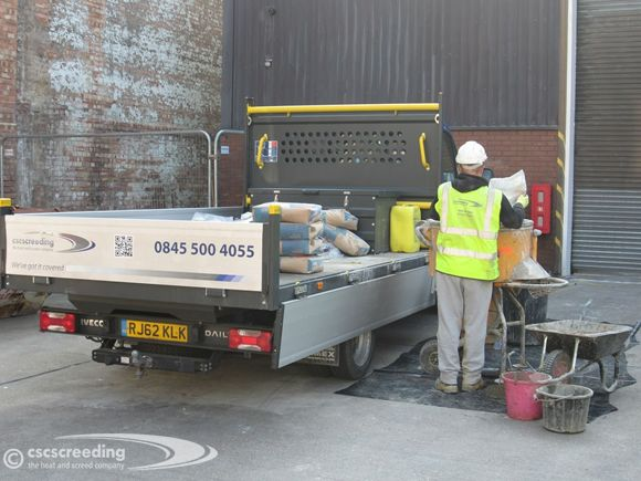 Using pan mixer to prepare the floor screed