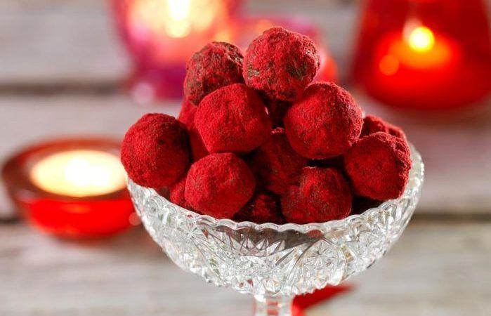 Ljuvligt god chokladtryffel med smak av pepparkaka! Pepparkakstryfflarna får en härlig röd färg när du rullar dem i lingonpulver.