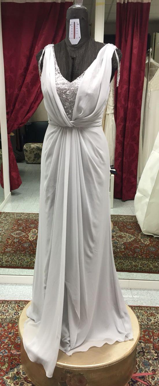 Elegantissimo vestito grigio perla di Rosa Clarà. In chiffon e pizzo. Stile imperiale con catenella di perline che cade sulla spalla.