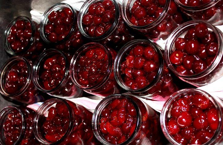 Visine in sirop - Reteta simpla. Dacă vrei să păstrezi pentru iarnă aroma unică a vișinelor dulce-acrișoare, aceasta este rețeta perfectă.