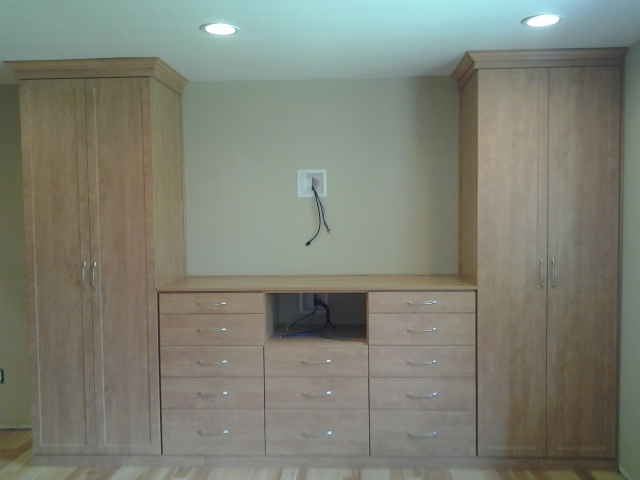 Bedroom wall unit with space for a 60\