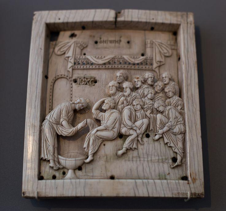 https://flic.kr/p/RkPyws | Darnach goß er Wasser in ein Becken, hob an, den Jüngern die Füße zu waschen, und trocknete sie mit dem Schurz, damit er umgürtet war. | Ikone mit der Fußwaschung Christi / Konstantinopel / 10. Jahrhundert / Elfenbein / Erworben aus der Sammlung Sptitzer als Geschenk von M. Heckscher / Inv. 2108