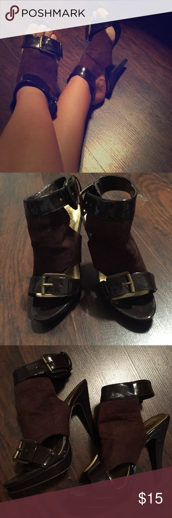 🍁Delicious chocolate brown strappy heels! NWOT Delicious brown strappy heel with bronze buckles. NWOT size 8 Delicious Shoes Heels