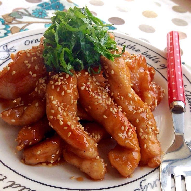 びっくりする柔らかさの甘辛チキンです◎ えっ⁉︎ これ、鶏胸肉⁉︎ ってなるよww  めちゃくちゃ簡単におウチにあるもので 柔らか&しっとり&ふっくら胸肉にできます‼︎‼︎  胸肉で唐揚げを作る時もオススメ(๑´ㅂ`๑)♡ 私がやってる裏ワザをご紹介しますね◎  この甘辛チキンもその裏ワザのおかげで 劇的にウマい‼︎‼︎  ぜひ作ってみてね〜♫ 鶏胸肉1枚のレシピです。  ●下味⬇︎  砂糖 小1  ☆酒 小1 ☆塩胡椒 少々 ☆にんにく(チューブ) 少々  ●甘辛たれ⬇︎  醤油 大3 砂糖 大2 味醂 大1強 ごま油 小さじ2 蜂蜜 小さじ1 にんにく(チューブ) 適量  鶏胸肉は皮を剥ぎフォークでぷすぷす刺してちょっと厚めの削ぎ切りにしたらさらに縦に切りスティック状にする。  スティック状の鶏胸肉にまず下味の砂糖をまぶします‼︎‼︎ それから☆の下味を揉み込み片栗粉を付けてサラダ油でこんがり揚げ焼きに◎  余分な油を拭き取り甘辛たれを入れて絡めたら完成◎ お好みで白胡麻、大葉を〜♫  ※たれは多少余りますが野菜炒めや炒飯などの味付けに使って下さい。...