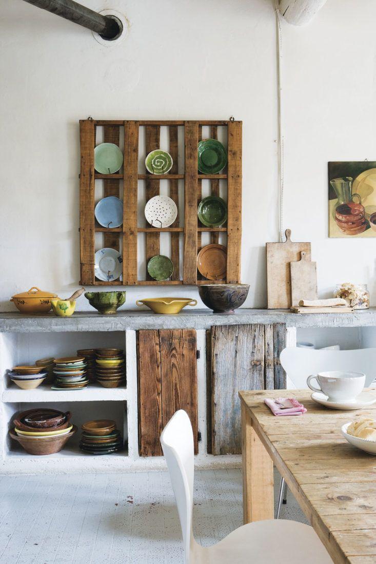 natural   rustic kitchen // cocina   palet para almacenar platos