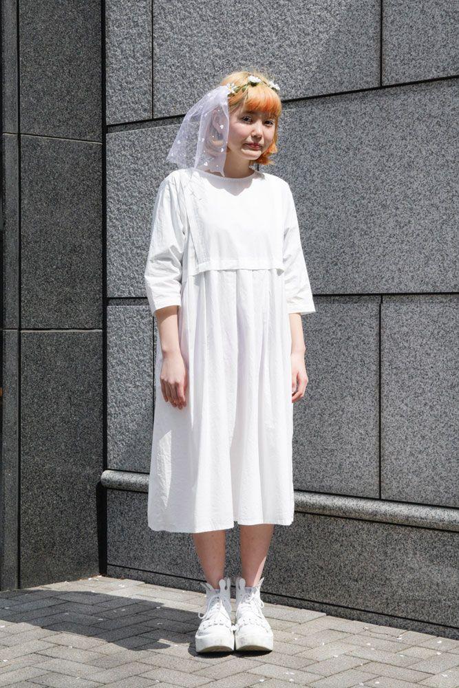 文化服装学院の入学式の日、装苑スナップ隊がBUNKAのニューカマーをパパラッチ。女の子は特別な日、なぜだかお気に入りのワンピースを着たくなるのです。 http://soen.tokyo/paparazzi/campus/vol174/