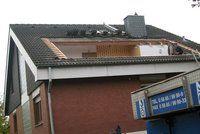 Um eine Fertiggaube einzubauen, muss das Hausdach für einen Tag geöffnet werden. Foto: djd/SPS Fertiggauben GmbH