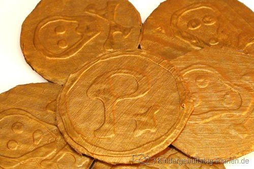 Goldmünzen ganz einfach selbst machen: Pappe, Klebe, Goldfarbe ...