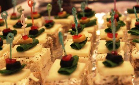 Peynirli Kanepe Tarifi - http://www.yemekgurmesi.net/peynirli-kanepe-tarifi.html